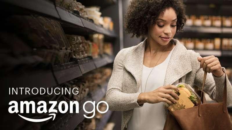 在亞馬遜的「無收銀員超市」,顧客只要安裝特定App,就無須排隊,無須到櫃檯刷卡,拿好商品就可以走人。感測器會自動辨識顧客帶走的商品、計算價格,從他們的金融卡扣款。(資料照,取自amazon Youtube頻道)