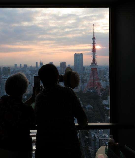 世界貿易中心瞭望台,因前來拍攝東京日落天空的人們而顯得熱鬧不已。(圖/日本購物攻略提供)