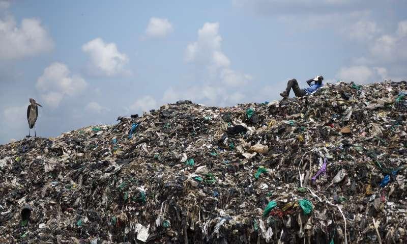 2050年海洋內的塑膠總重量恐怕超過所有魚群。(美聯社)