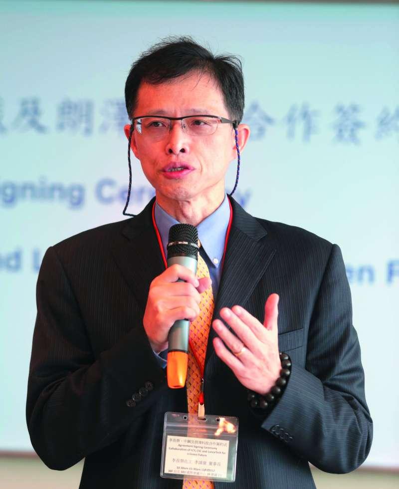 榮化前董事長李謀偉庭訊結束後,立刻召集律師團討論對策。(新新聞資料照)