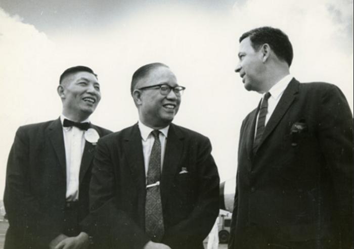美援會時期秘書長李國鼎(左)與副主任委員尹仲容(中)、美援公署署長白慎士先生(Parsons,右)三人合影。(李國鼎─台灣現代化之路官網)