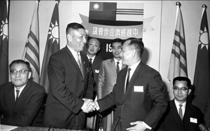 第五屆中越經濟合作會議,左一為副團長交通部政務次長費驊 。(李國鼎─台灣現代化之路官網)
