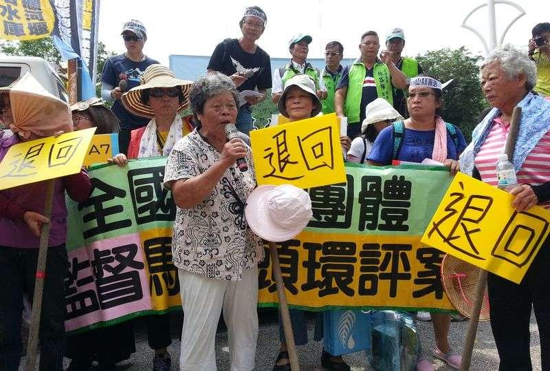 七、八十歲的老人家來到高雄市環保局前抗議,不要掩埋場汙染故鄉。(朱淑娟提供)
