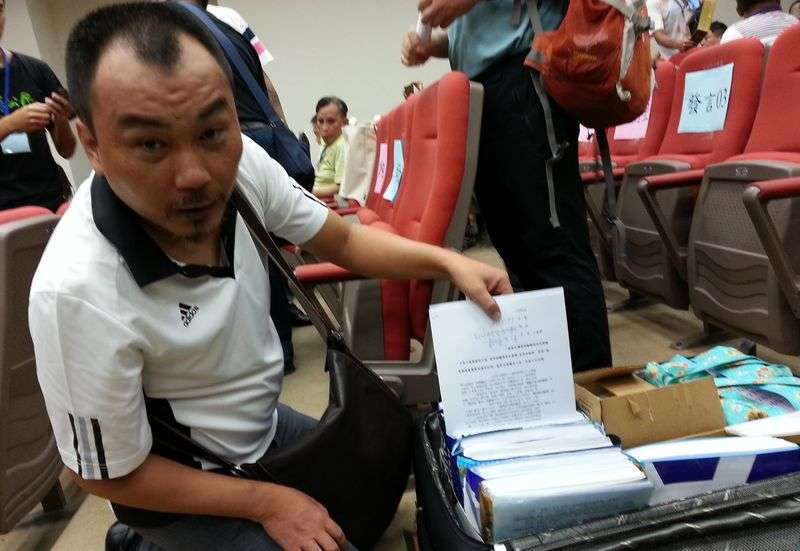 內南里里長沈芳昌的旅行箱內,是26,000多張里民反對掩埋場的連署書。(朱淑娟提供)