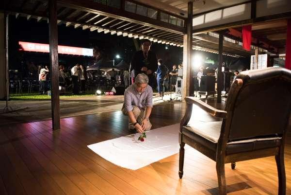 2017-09-11-徐斯儉、吳叡人向代表劉曉波的空椅子獻花。秀娟專題。(台灣民主基金會提供)