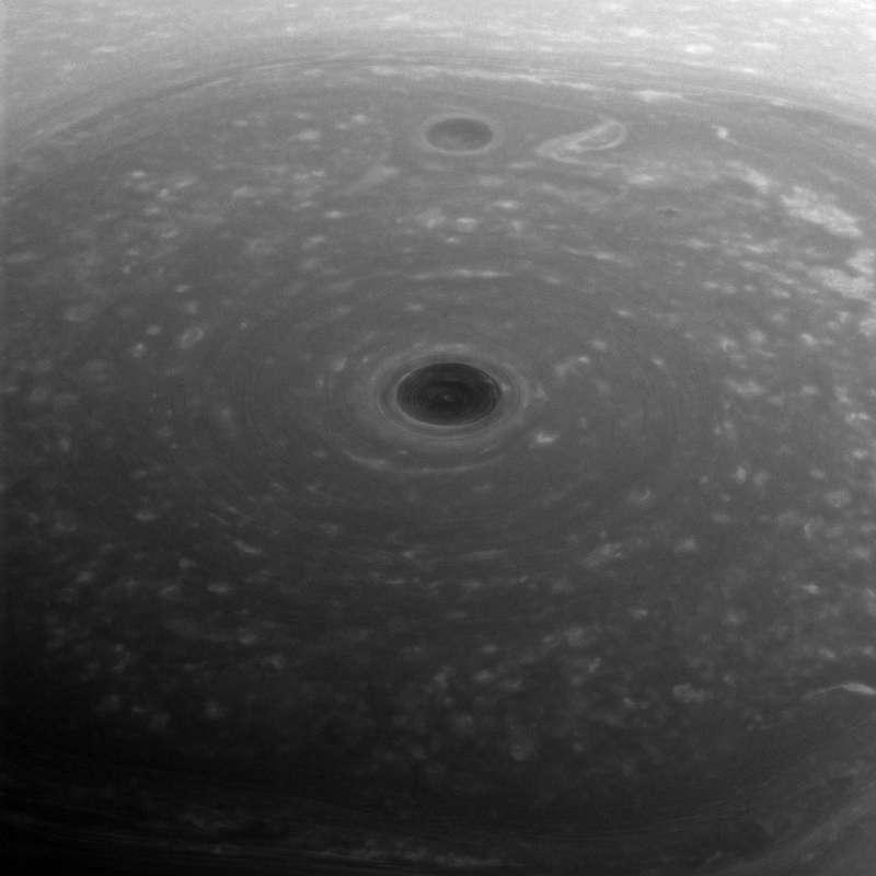卡西尼號拍攝到土星北極上空的六邊形神秘氣體雲團。(NASA)