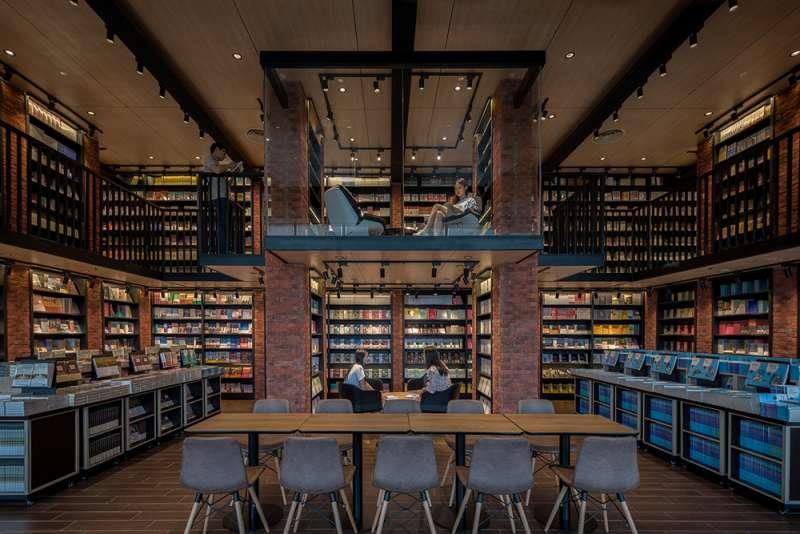 透過紅磚營造溫馨質樸的休閒閱讀區。(圖/瘋設計提供)