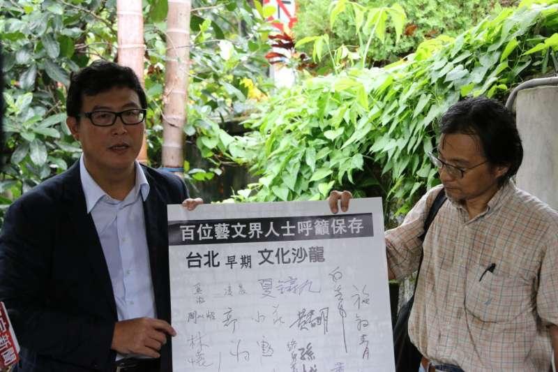 姚文智(左)親訪俞大維故居召開記者會批評北市府,應重新對該地展開文化資產價值評估,此外,其歷史價值深具意義,更應指定為「紀念建築」。(姚文智辦公室提供)