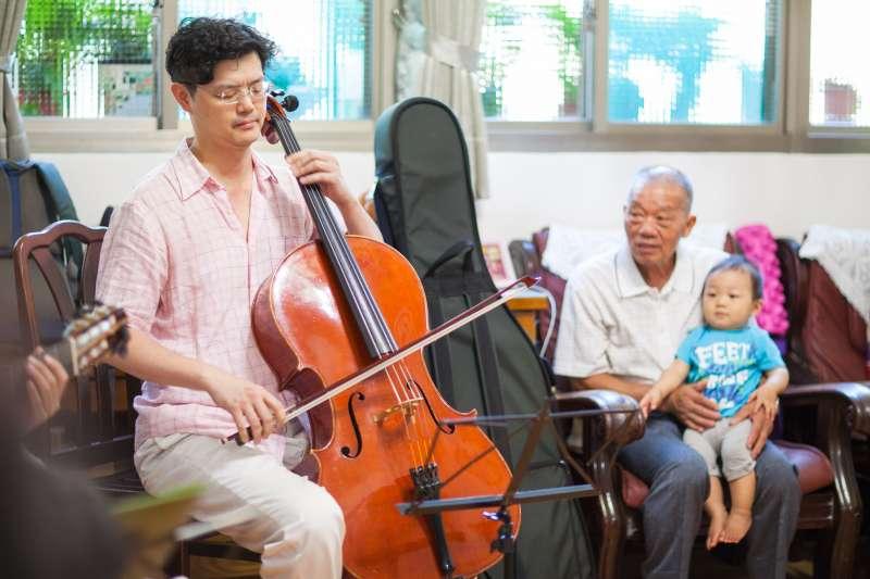 爺爺和孫子一塊在家享受劇場級的表演。(圖/廣藝基金會提供)