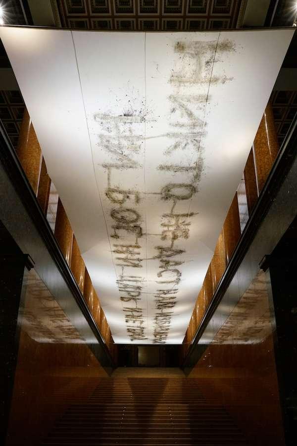 《聲音》,2017。火藥、絲綢,4.7 x 20 m。於普希金國家藝術博物館展覽現場,2017年。(圖/澎湃新聞提供)