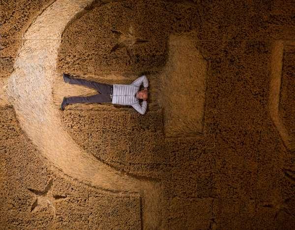 蔡國強躺於作品《大地》中,普希金國家藝術博物館,莫斯科,2017年。(圖/澎湃新聞提供)