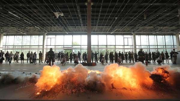 火藥畫《河流》爆破瞬間,全俄展覽中心(VDNKh)22號館,莫斯科, 2017年。(圖/澎湃新聞提供)