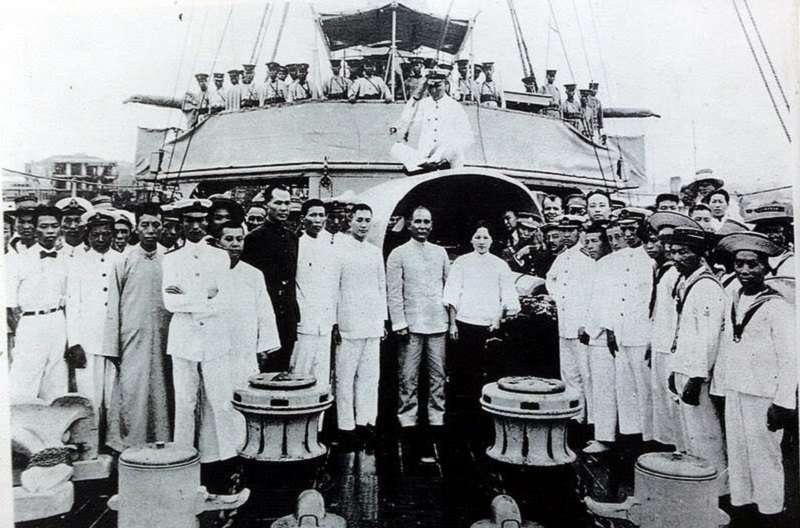 孫中山與宋慶齡與官兵在永豐艦合影(1923年)