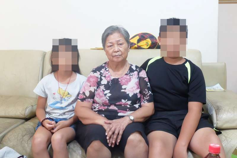 陳俊男過世後,老母親必須照顧2個孫子,大兒子今年才12歲(謝孟穎攝)