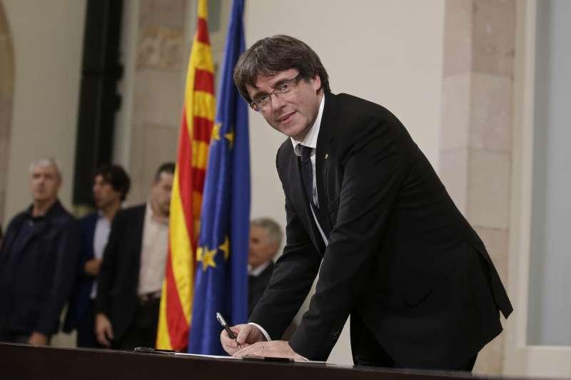 加泰隆尼亞自治區政府主席普吉德蒙10日簽署獨立宣言(AP)