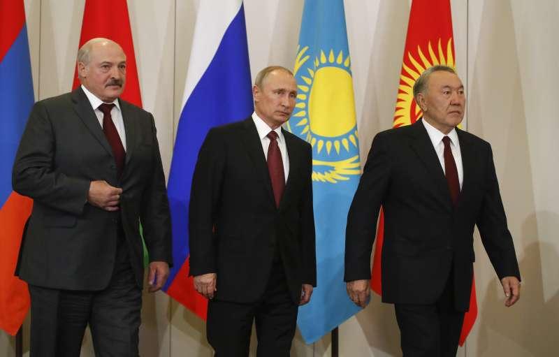 白俄羅斯總統盧卡申科(左)、俄羅斯總統普京(中)與哈薩克總統納扎爾巴耶夫參加前蘇聯國家峰會。(美聯社)
