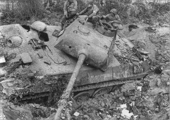 被炸毀的德國坦克。(圖/澎湃新聞提供)