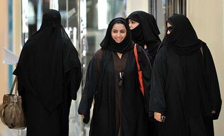 沙烏地阿拉伯仍存在古老的監護人制度(Guardianship),女性在公眾場合必須身著黑紗袍(abaya)以及頭紗。(圖/Tribes of the World@flickr)