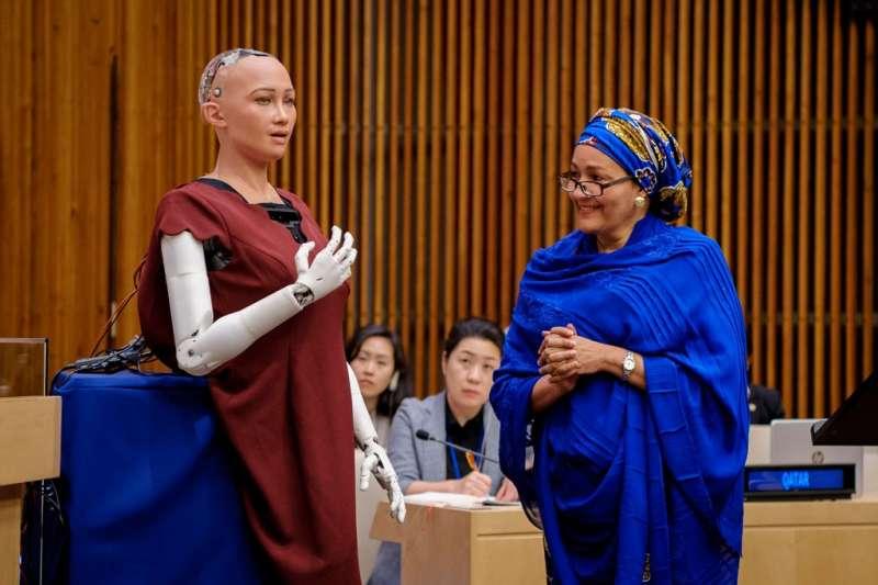 聯合國會議上,索菲亞與聯合國副秘書長Amina J. Mohammed(右)討論資源分配不均問題。(圖/UN News Centre,數位時代提供)