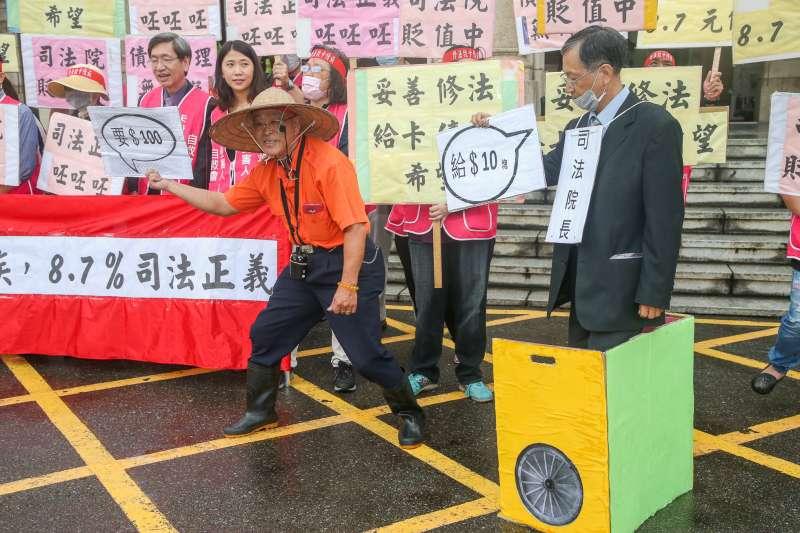20171103-卡債受害人自救會抗議記者會,以行動劇抗議司法院要100給10塊的漠不關心。(陳明仁攝)