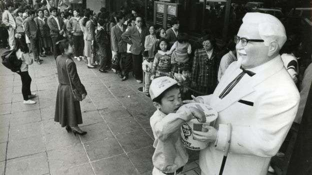 肯德基爺爺、肯德基整潔的店面和美式服務,曾經是中國人眼中西方飲食文化的象徵。(BBC中文網)