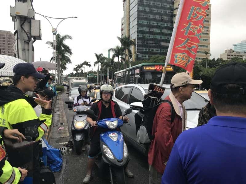 2017-11-13-反年改團體八百壯士行政院前抗議軍人年改方案、並癱瘓中山南路行動,與警方、機車騎士爆發口角02。(謝孟穎攝)