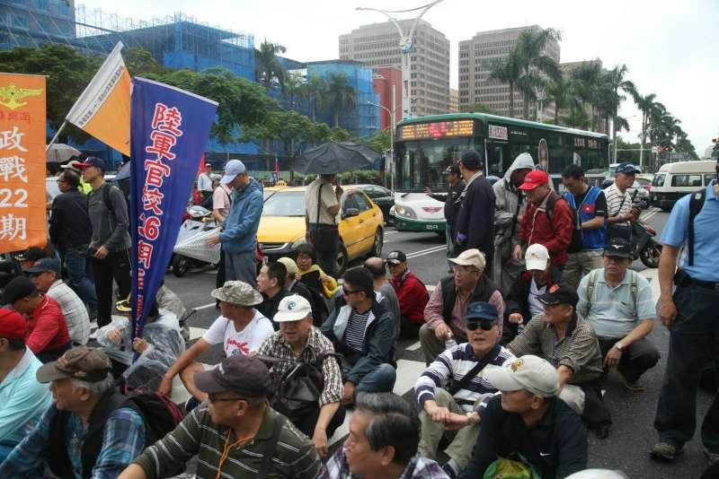 2017-11-13-反年改團體八百壯士行政院前抗議軍人年改方案、並癱瘓中山南路行動,中午於快車道上吃便當休息。(陳明仁攝)