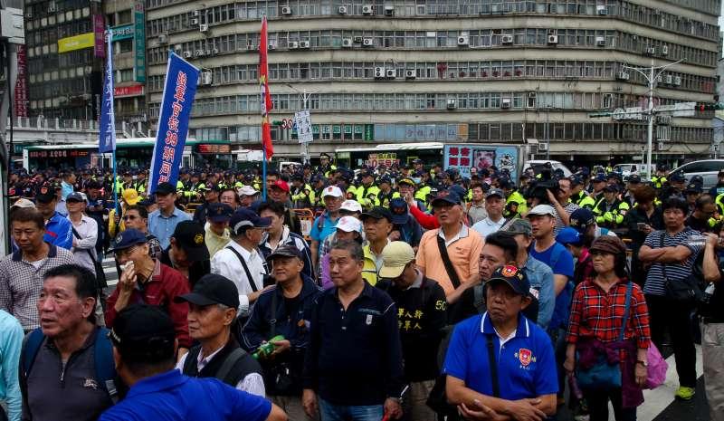 20171113-八百壯士團體到行政院抗議「林萬億背信無恥,要求親自出面說明」行動,佔據中山南路後. 警方以優勢警力群,縮小口袋,抗議群眾在明日再戰聲中漸散。(陳明仁攝)
