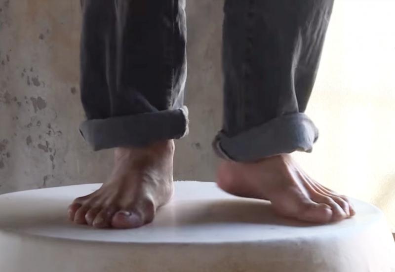 用全身力氣踩踏,是讓鼓皮繃得更緊的關鍵步驟。