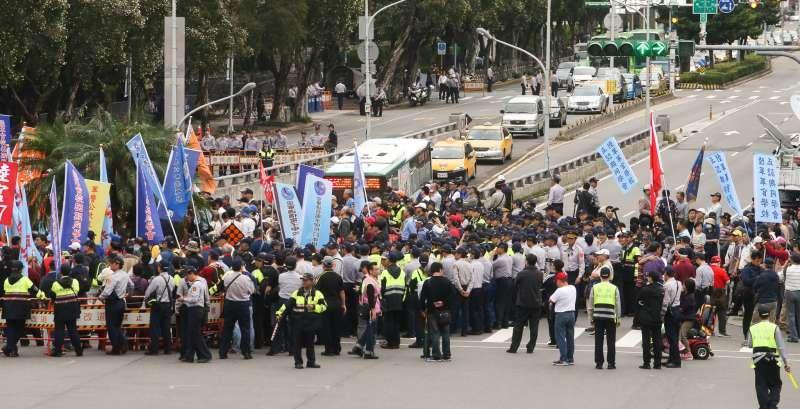 20171113-立法院,八百壯士抗議「林萬億背信無恥,要求親自出面說明」,800  帳篷集結至行政院抗議,推擠拉拒馬,戰線拉開。(陳明仁攝)
