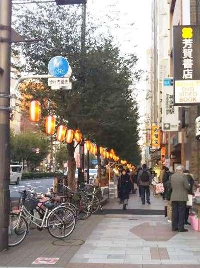 這一帶街邊不只有書店,更有不少能吃東西、補補熱量的用餐選擇。(圖/秋禾提供)