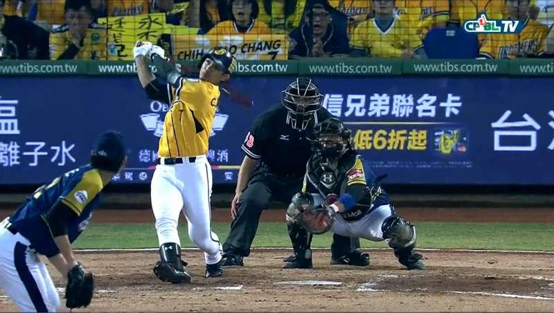 棒一揮,全場跟著心驚膽戰,棒球的熱血精神始終深深影響台灣人。(圖/兄弟象迷專屬粉絲團@Facebook)