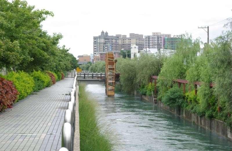 農田水利會演變成「半公半私」的組織,與歷史上的台灣水利自治體發展有關。上圖為桃園大圳中的水車。(六都春秋)