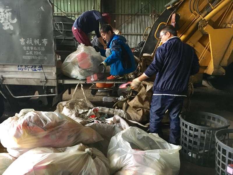 垃圾載回來還要一袋一袋仔細檢查,可回收的跟一般垃圾要分開,三大車、一百五十包以上的垃圾就得花上快一個小時。(圖/鐘敏瑜)