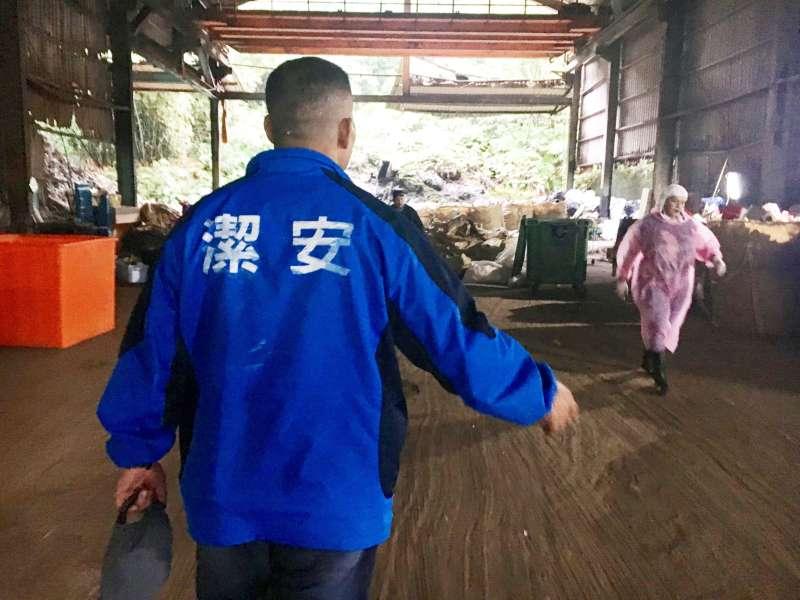 穿著工作外套、扛著家庭與社會責任,曾經的黑道大哥,如今把他的「Guts」奉獻在這間垃圾回收廠。(圖/鐘敏瑜攝)