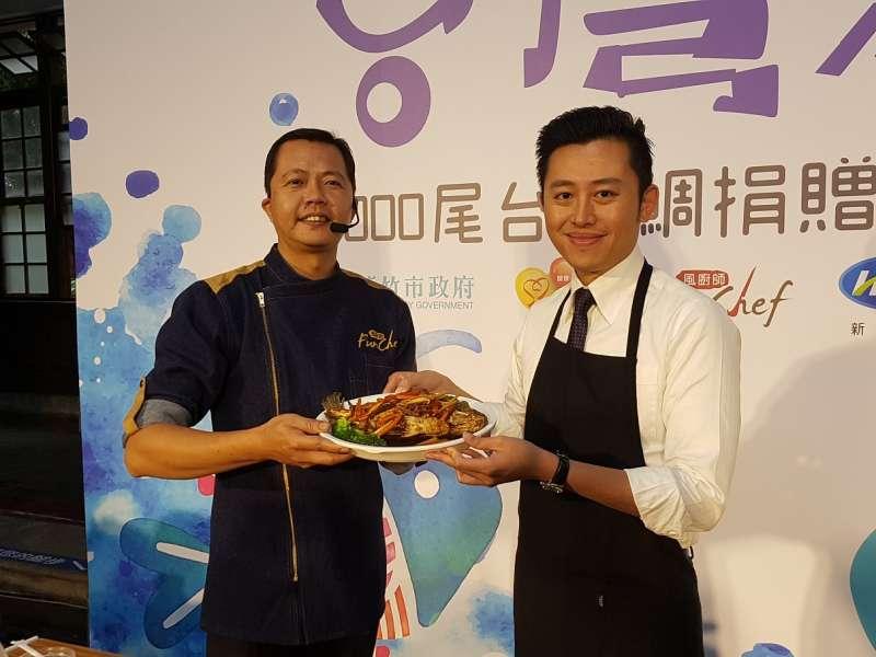 新竹市長林智堅化身型男大主廚,與風廚師協會專業廚師劉意源共同示範「紅燒五柳燜鯛魚」做法。(圖/方詠騰攝)