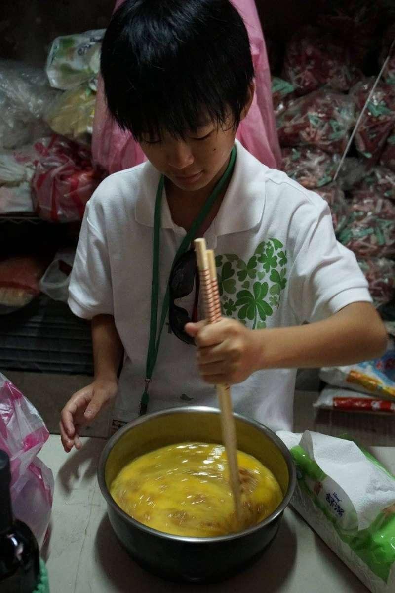 風數據/志工專題。13歲的劉彥函從4歲起就跟著爺奶爸媽做志工,印象較深的就是到烏來福山國小協助整理有機農園,他說:「可以接觸泥土、親手採摘作物製做成品,又可以幫助小朋友,真的很有趣。」(劉力文提供)
