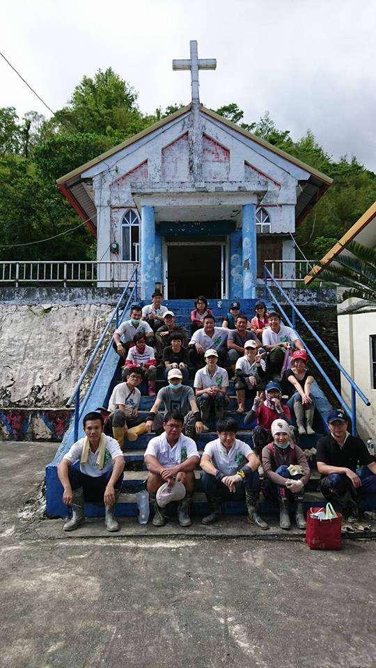 風數據/志工專題。2009年八八風災重創南台灣,家住北市的劉力文與妻子莊蘭蘭定期自發性南下救災,最後還與一群志同道合的志工伙伴成立「台北效力志工團」。(劉力文提供)