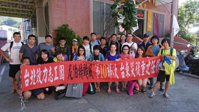 風數據/志工專題。2009年八八風災重創南台灣,家住台北市的劉力文與妻子莊蘭蘭定期自發性南下救災,最後還與一群志同道合的志工伙伴成立「台北效力志工團」。(劉力文提供)