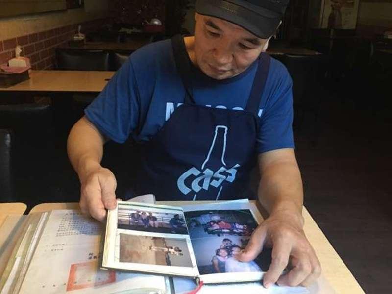 拿出孩子的兒時照片,侯丙木在採訪過程中數度沉默,只是痴痴地、一頁一頁翻看著。(圖/鐘敏瑜攝)