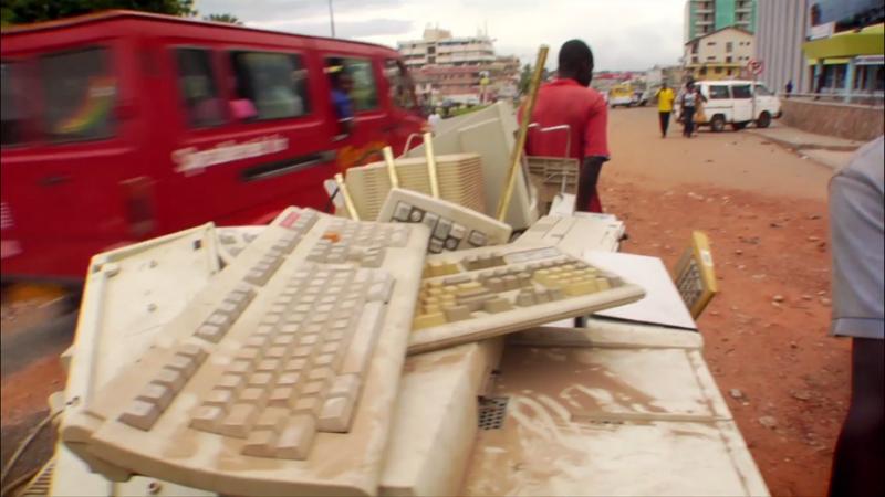 當迦納民眾被問到「電腦有什麼功用時?」他們無法回答,只知碎裂螢幕後的零件可能將幫助他們改善家計。(CNEX提供)