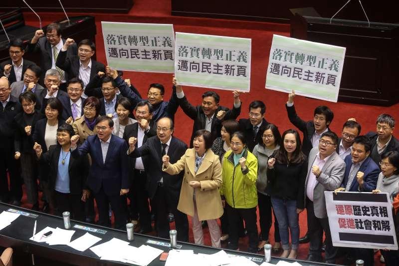 20171205-立法院5日三讀通過「促進轉型正義條例」,民進黨立委舉牌慶賀。(顏麟宇攝)