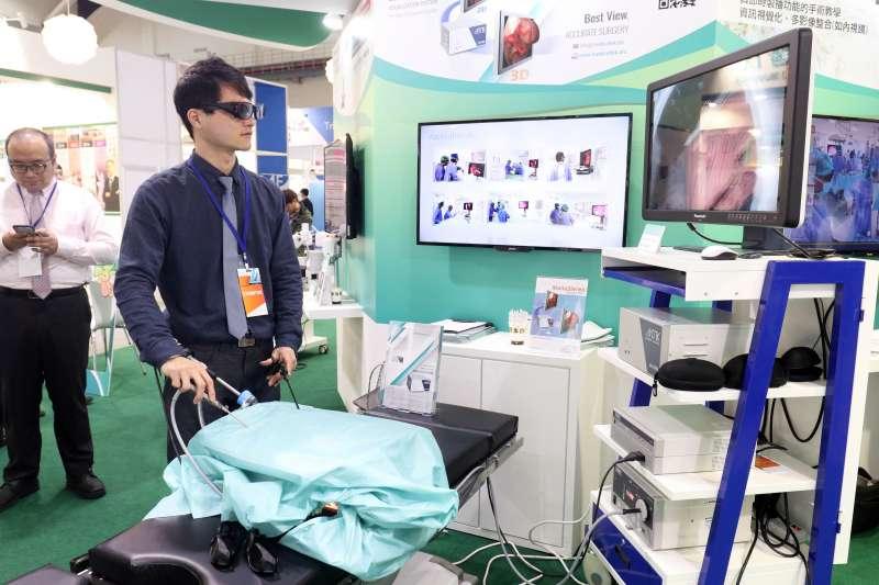 20171207-「2017台灣醫療科技展」上午登場,圖為現場展示的3D內視鏡。(蘇仲泓攝)