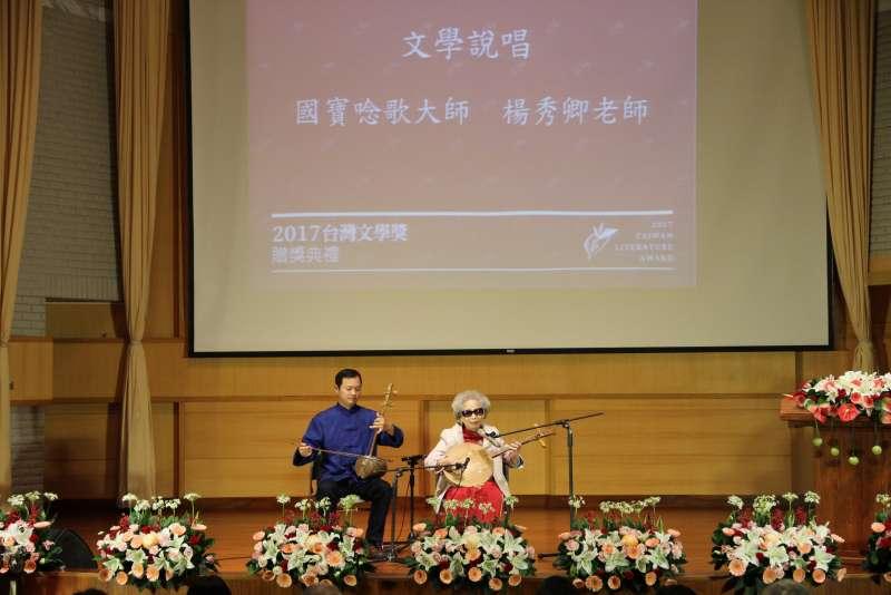 國寶唸歌大師楊秀卿以文學說唱介紹「台灣文學獎」作品與得獎者。(文化部提供)