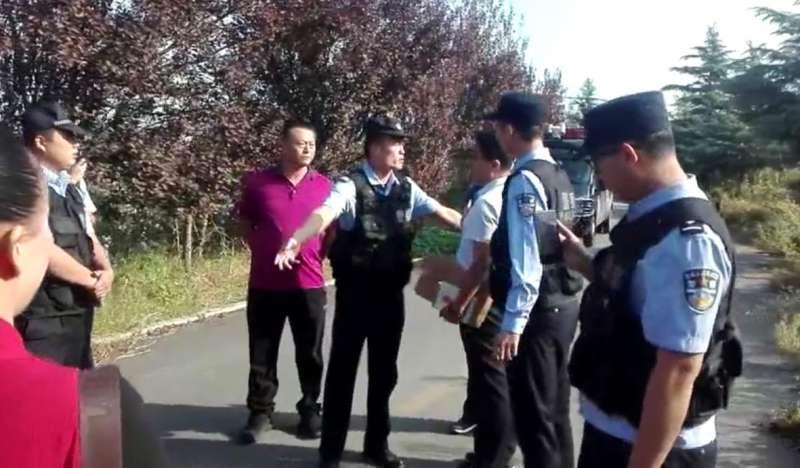 王江峰案在招遠市看守所開庭,員警在看守所外設立警戒線,阻撓聲援者。(家屬提供/自由亞洲電台記者喬龍)
