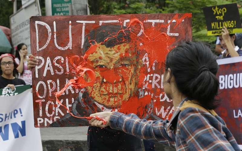 菲律賓民眾抗議總統杜特蒂鐵腕掃毒、濫殺無辜。(美聯社)