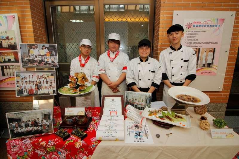 育達科大餐旅系同學今年征戰台灣各地比賽,成果豐碩,同學與獎狀、作品合影。(圖/育達科大提供)