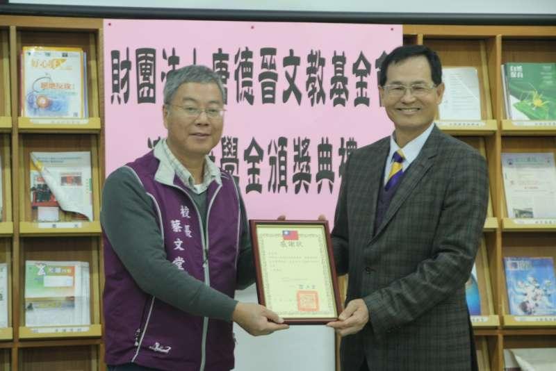 建台中學校長蔡文堂(左)代表全體獲獎人頒發感謝狀,感謝唐德晉文教基金會對苗栗縣教育界的付出。(圖/育達科大提供)