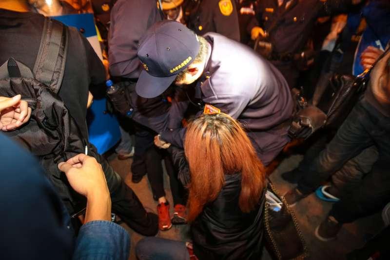 20171223-勞團23日舉行「反對勞基法修惡大遊行」,晚間主辦單位宣布遊行結束後,部分學生不願離去於台北車站東三門前與警方發生拉扯。(顏麟宇攝)
