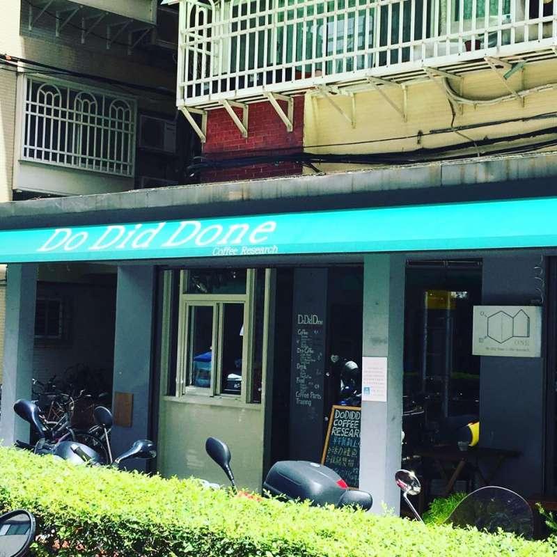 綠色棚子下,是游子毅一手打造的舒服店面。(圖/Dodiddone Coffee Research@Facebook)